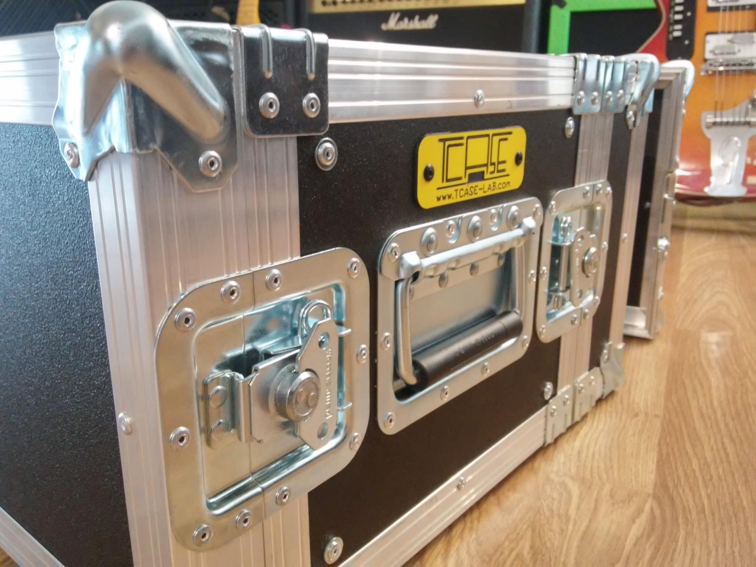 Le pedaliere o pedalboard o flight case per effetti a pedale, oppure flycase come scrivono altri... o ancora contenitori, valigie, custodie, non sono altro che l'unico vero sistema per trasportare, proteggere, usare i nostri cari, e spesso in tutti i sensi, effetti a pedale. Certamente esistono altri sistemi ma difficilmente svolgono i tre compiti di cui sopra, tutti insieme. Una borsa morbida puo' solo trasportare, facendo urtare i pedali l'uno con l'altro. Una semirigida potrebbe andare bene, ma se dovete caricarla sul mezzo insieme ad altri ampli e strumenti vari non protegge i vostri effetti dagli urti... quindi la soluzione si chiama TCASE!  Per saperne di più visita www.tcase-lab.com